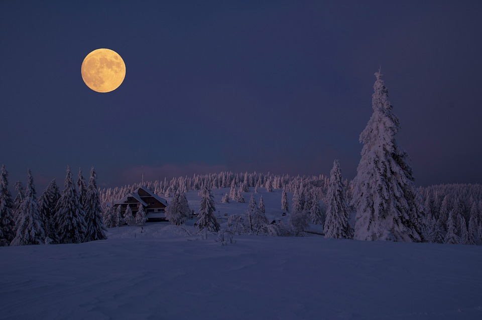 Vollmond in einer Winternacht
